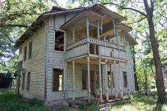 Старым особняк покинутый годом сбора винограда деревянный Стоковая Фотография RF