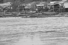 Старым сказание деревни стоить морем черно-белое стоковая фотография