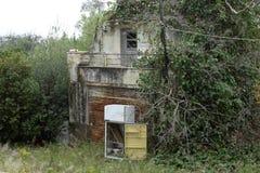 Старым холодильник сброшенный домом Стоковые Фотографии RF