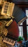2 старых аккордеона вися на стене стоковые фото