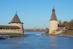 2 старых башни Пскова 2 старых башни Пскова Кремля на месте стечения рек Pskova и Velikaya i Стоковые Изображения RF
