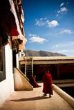 2 старых буддийских монаха Тибета с облаками Стоковое Изображение RF