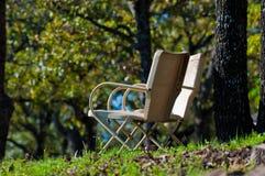 2 старых винтажных стуль металла outdoors Стоковая Фотография
