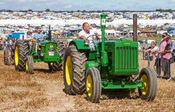2 старых винтажных трактора John Deere на выставке Стоковая Фотография