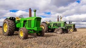 3 старых винтажных трактора John Deere Стоковая Фотография