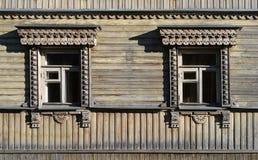 2 старых высекаенных деревянных окна Стоковые Фотографии RF