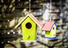 2 старых выдержанных birdhouses DIY вися от дерева Стоковые Изображения RF