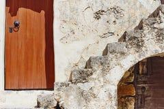 2 старых деревянных двери и каменных лестницы Стоковые Изображения