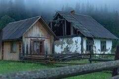 2 старых деревянных дома в горах Карпаты, Украина Стоковые Фото