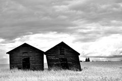 2 старых деревянных зернохранилища стоковые изображения