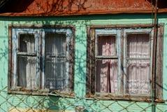 2 старых деревянных окна на стене сельского дома Стоковая Фотография