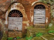2 старых деревянных двери в арке Стоковые Фото