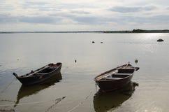 2 старых деревянных весельной лодки побережьем Стоковое Изображение RF