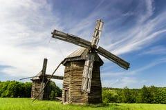 2 старых деревянных ветрянки Стоковая Фотография