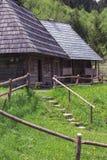 2 старых деревянных дома в горах с лестницами и загородкой Стоковые Фотографии RF