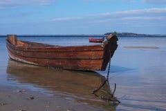 2 старых деревянных рыбацкой лодки около берега Стоковое фото RF