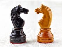 2 старых деревянных шахматной фигуры Стоковое фото RF