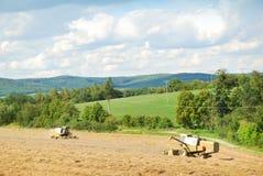 2 старых жатки работая на поле зерна Стоковые Фото