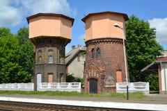 2 старых железнодорожных водонапорной башни Город Gusev, область Калининграда Стоковая Фотография