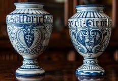 2 старых итальянских керамических опарника фармации Стоковое Фото