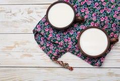 2 старых керамических чашки молока с хлебом Стоковые Фотографии RF