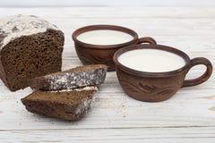 2 старых керамических чашки молока с хлебом Стоковое Изображение