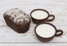 2 старых керамических чашки молока с хлебом Стоковая Фотография RF