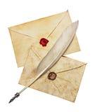 2 старых конверта с красными и коричневыми воском уплотнения и ручкой пера Стоковые Фото