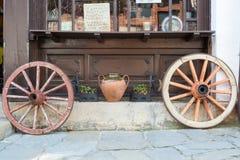 2 старых колеса телеги на улице, Болгарии Стоковые Изображения