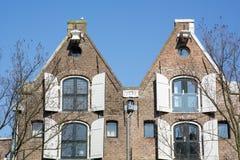 2 старых классических дома Голландии с штарками на улице в дне Стоковое Изображение RF