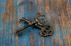 2 старых ключа на деревянной предпосылке Стоковые Фото