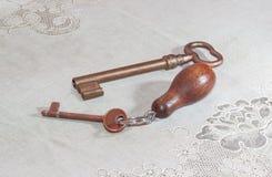 2 старых ключа от замков с покрытием слоем меди Стоковые Фото