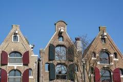 3 старых дома Голландии с штарками на улице в дне Стоковые Фото