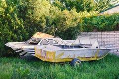 2 старых покинутых шлюпки в дворе Стоковое Фото
