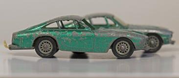 2 старых поколоченных автомобиля игрушки зеленого цвета металла Стоковое Изображение