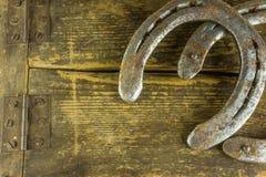 2 старых подковы на деревенское деревянном Стоковая Фотография RF