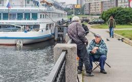 2 старых рыболова говоря рассказы (смогите быть) вместо рыбной ловли Стоковое Изображение RF