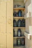 9 старых старых арабских конструированных лихтеров на полке в cabnet Стоковое Изображение RF