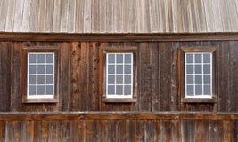 3 старых стеклянных окна в деревянной стене, деревенская деревянная крыша стоковые фотографии rf