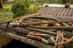 Старье водоснабжения на грязной старой рифленой крыше - конкретной текстуре стоковое изображение rf