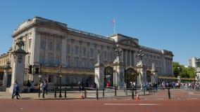 Статическая съемка толп перед Букингемским дворцом сток-видео
