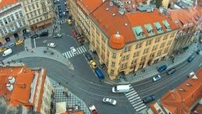 Статическое взгляд сверху европейского города - Прага, большое пересечение с трамваем, 4k акции видеоматериалы