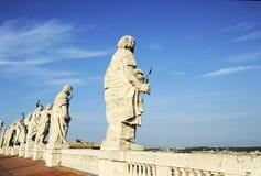 Статуи апостолов на крыше базилики St Peter в государстве Ватикан стоковая фотография