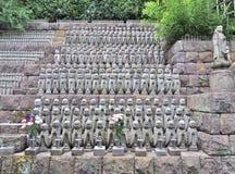 Статуи бодхисаттвы Jizo на виске Hase-dera в Камакуре, Японии Стоковые Изображения RF