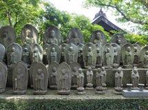 Статуи бодхисаттвы Jizo на виске Hase-dera в Камакуре, Японии Стоковое Изображение