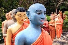 Статуи буддийских монахов стоя, что в линии поклониться Будда Стоковая Фотография RF