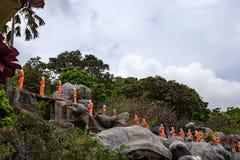 Статуи буддийского монаха в виске Dambulla пещеры Стоковые Изображения