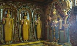 Статуи буддистов в Mulkirigala monastry на юге старшего стоковая фотография