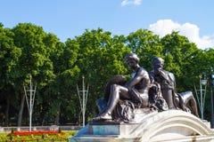 Статуи Букингемского дворца стоковые фотографии rf
