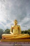 Статуи Будды, большой золотой желтый цвет Против фона brigh Стоковые Фото